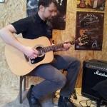 Kā pareizi turēt ģitāru?