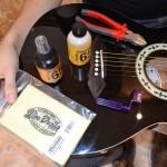Stīgu maiņa akustiskajai ģitārai (ar stīgu tapiņām)