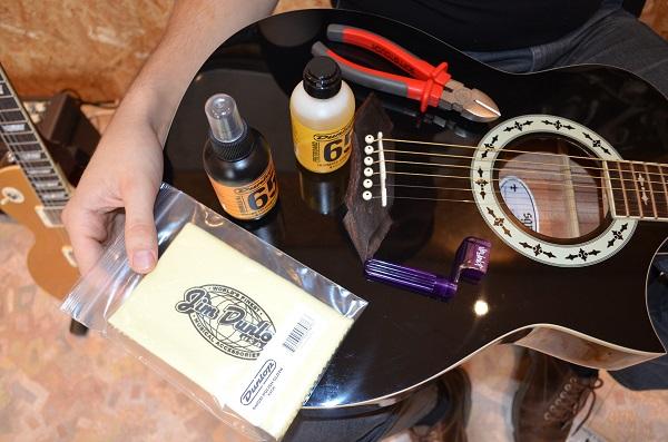 Akustiskās ģitāras stīgu maiņa