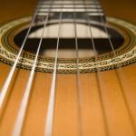 Vai var likt dzelzs stīgas uz neilona stīgu ģitāras un otrādi?